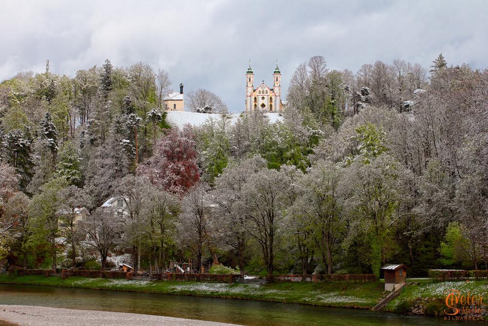 Die Kalvarienbergkirche in Bad Tölz nach einem Wintereinbruch.
