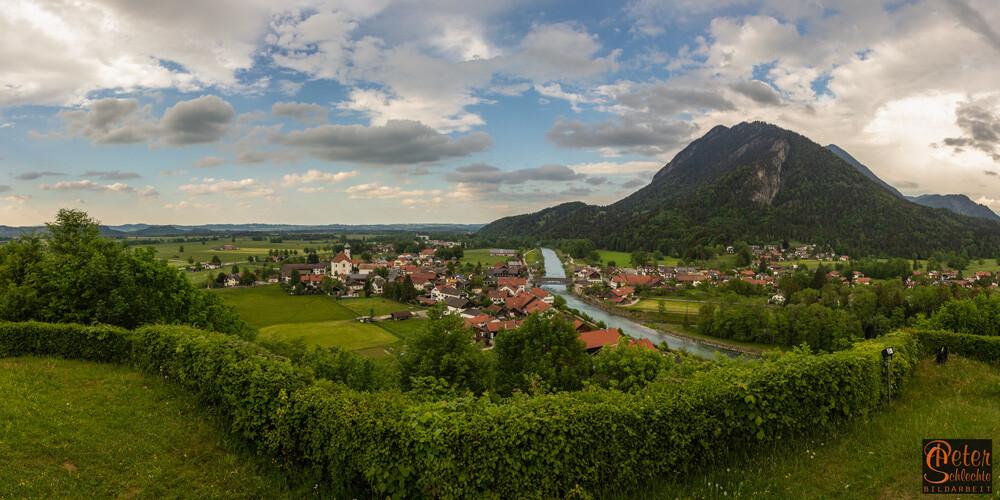Panoramablick über Eschenlohe in Richtung München.