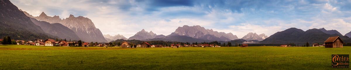 Krün zur Morgenstunde in einer Superpano-Aufnahme mit Karwendel, Wetterstein und Zugspitze.