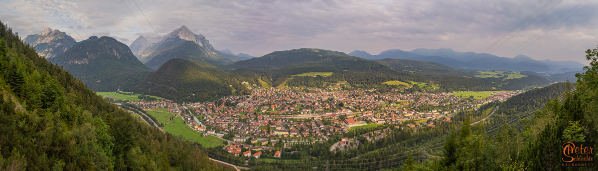 Blick vom Leitersteig zwischen Mittenwalder Hütte und Brünnsteinhaus über Mittenwald und Luttenseegebiet.