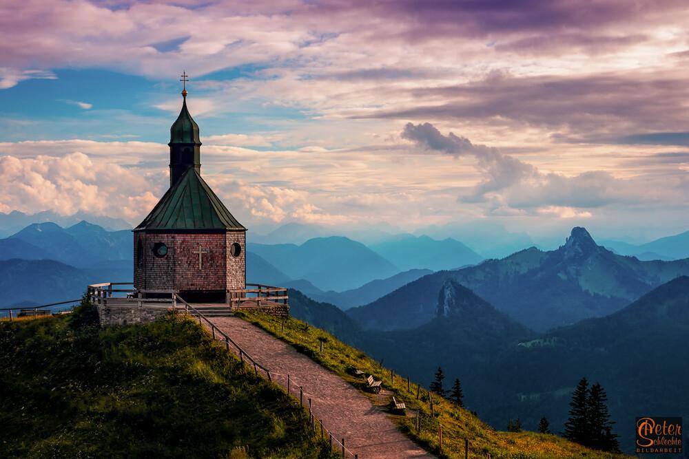 Die Kapelle auf dem Wallberg in der Abenddämmerung.