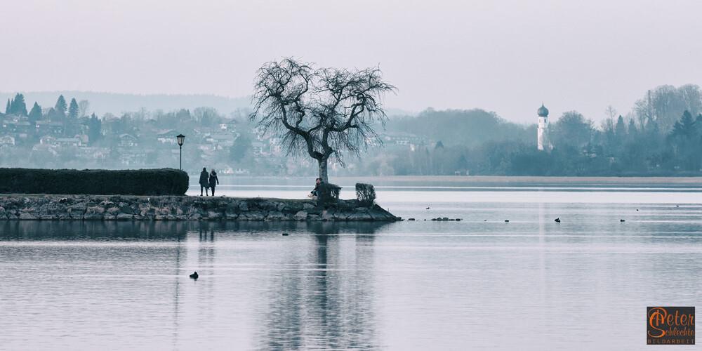 Der Tegernsee bei Bad Wiessee mit Gmund im Hintergrund.