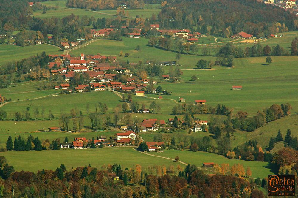 Blick vom Brauneck auf Wackersberg im Isartal. Im Vordergrund Höfen mit Grundschule.