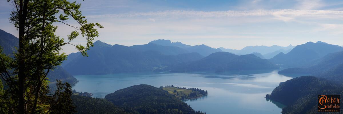 Walchensee mit dunstigen Bergpanorama vom Simetsberg aus.