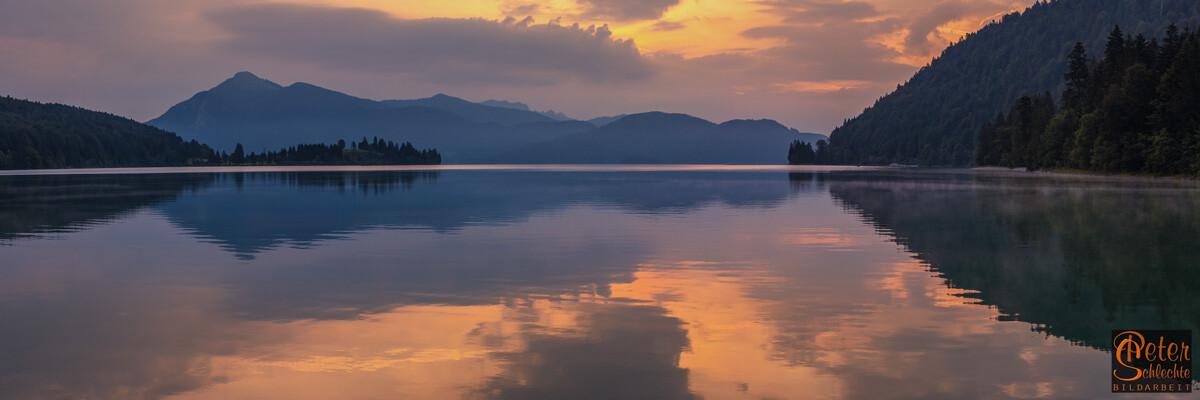 Walchensee zum Sonnenaufgang mit Jochberg.