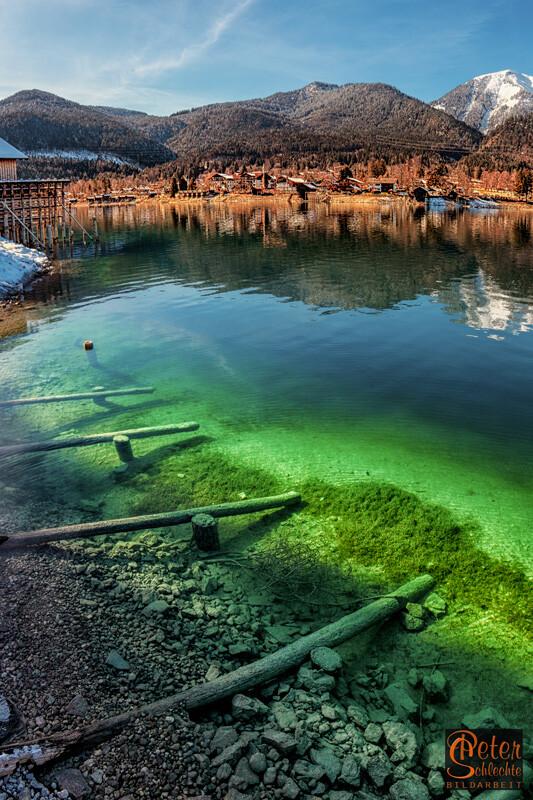 Walchensee mit dem Ort Walchensee im Winter.