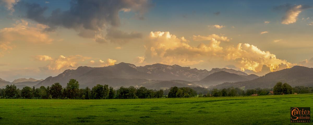 Panorama-Aufnahme aus der Nähe von Wackersberg in Richtung Benediktenwand.
