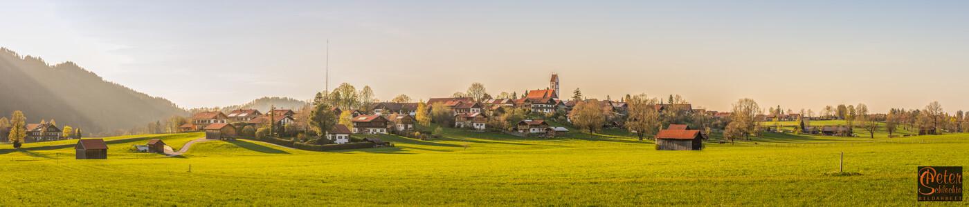 Wackersberg im Isartal, Nähe Bad Tölz, im späten Nachmittagslicht.
