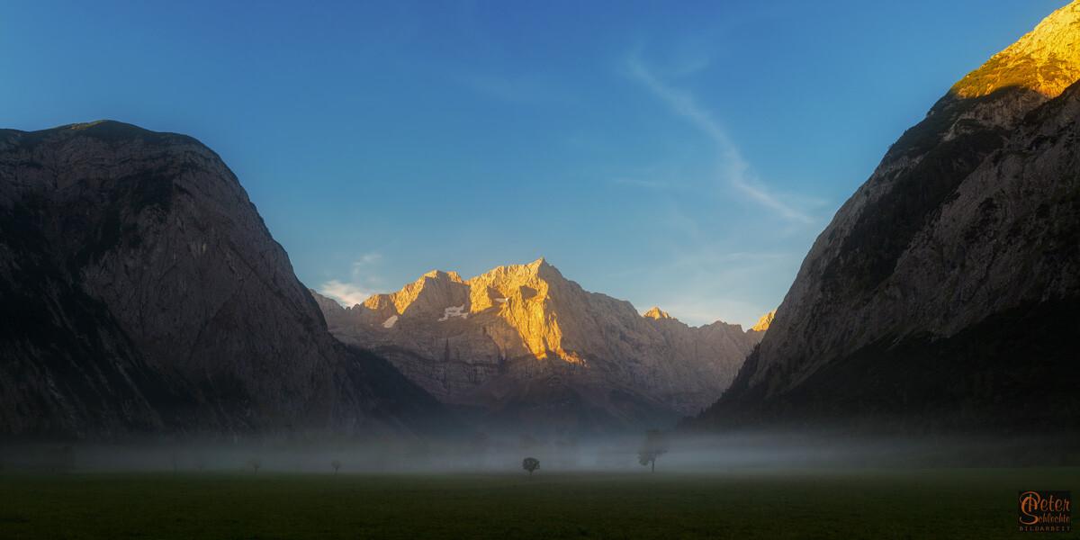 Blick im Enger Grund über den großen Ahornboden zum Sonnenaufgang mit Spritzkarspitz im Hintergrund.