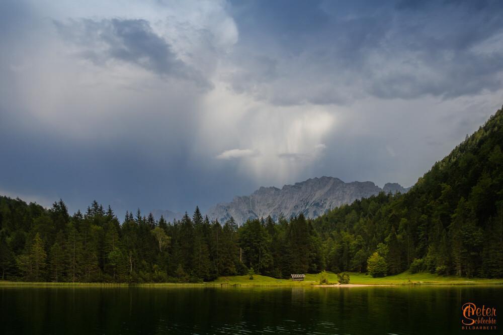 Regen im Karwendel mit dem Ferchensee im Vordergrund.
