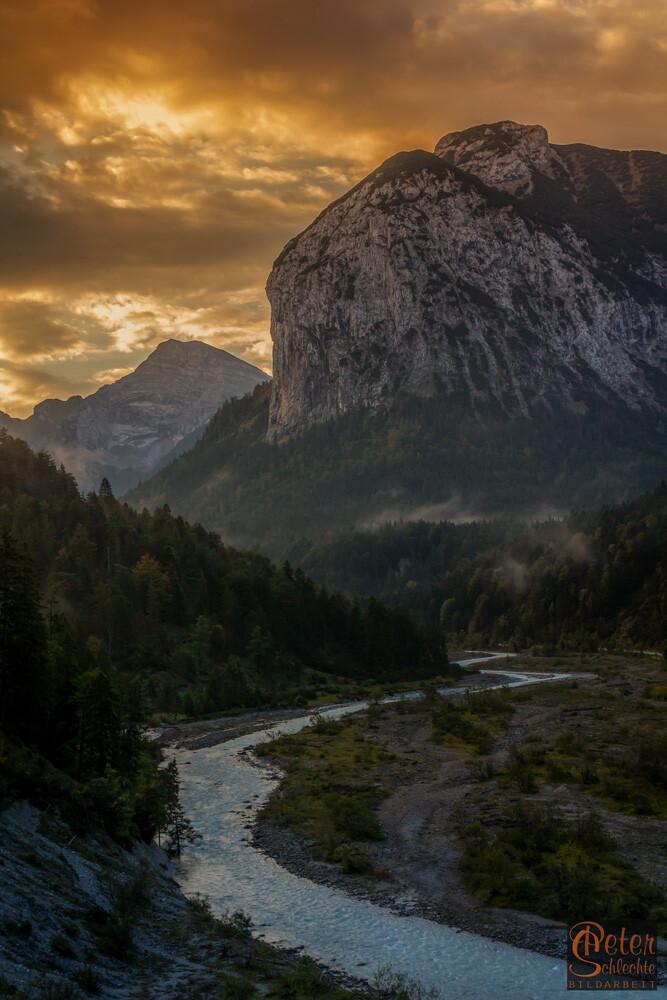 Blick bei Sonnenaufgang durch das Rissbachtal stromaufwärts kurz vor dem Enger Grund.