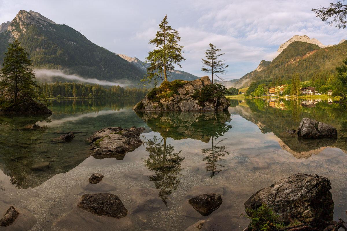 Der Hintersee bei Ramsau in der Berchtesgadener Ecke zur morgendlichen Stunde.